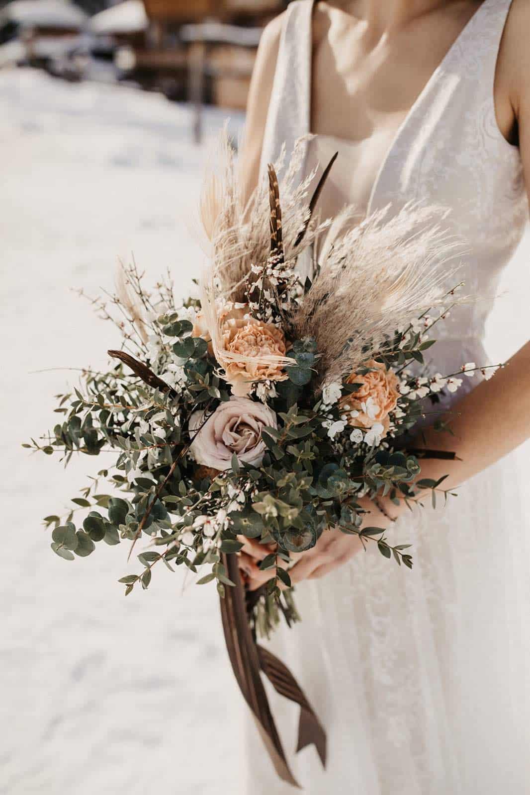 Der Brautstrauß einer Winterhochzeit auf der Jufenalm.