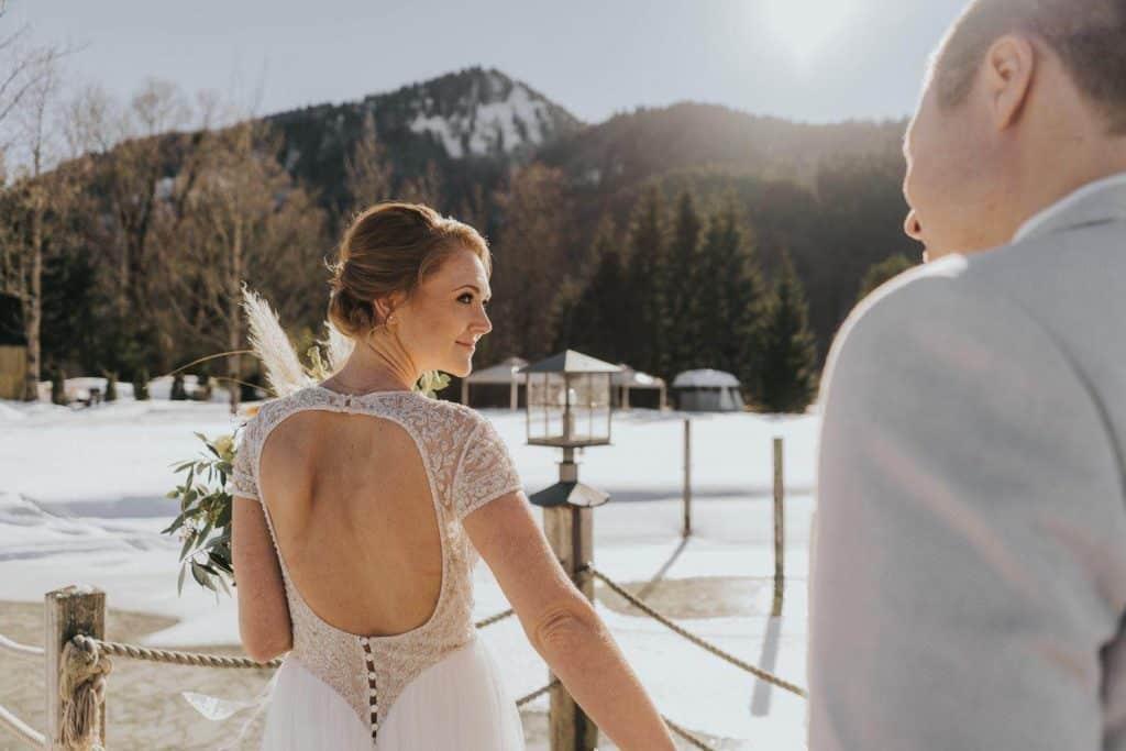 Das ist ein Brautpaar die in der Fährhütte 14 am Tegernsee heiraten.