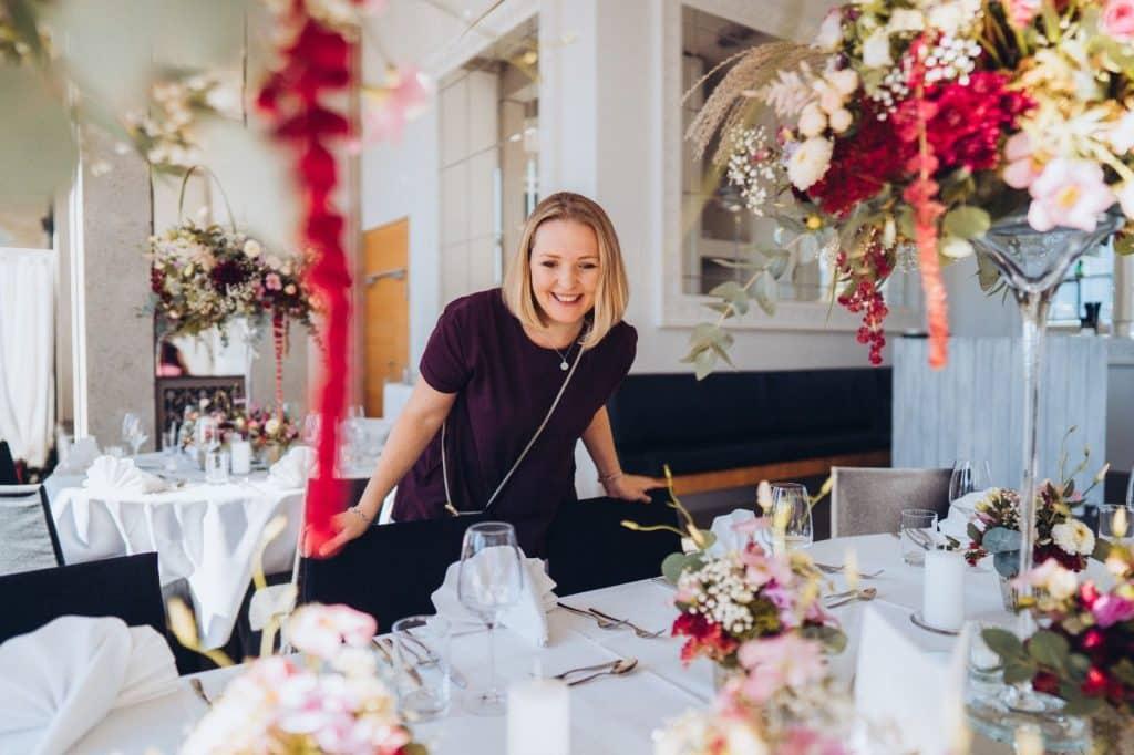 Hochzeitsplaner Martina Anders bei einer Hochzeit am See.