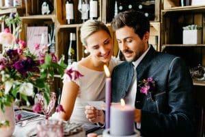 Ein Brautpaar in einer Hochzeitslocation in München.